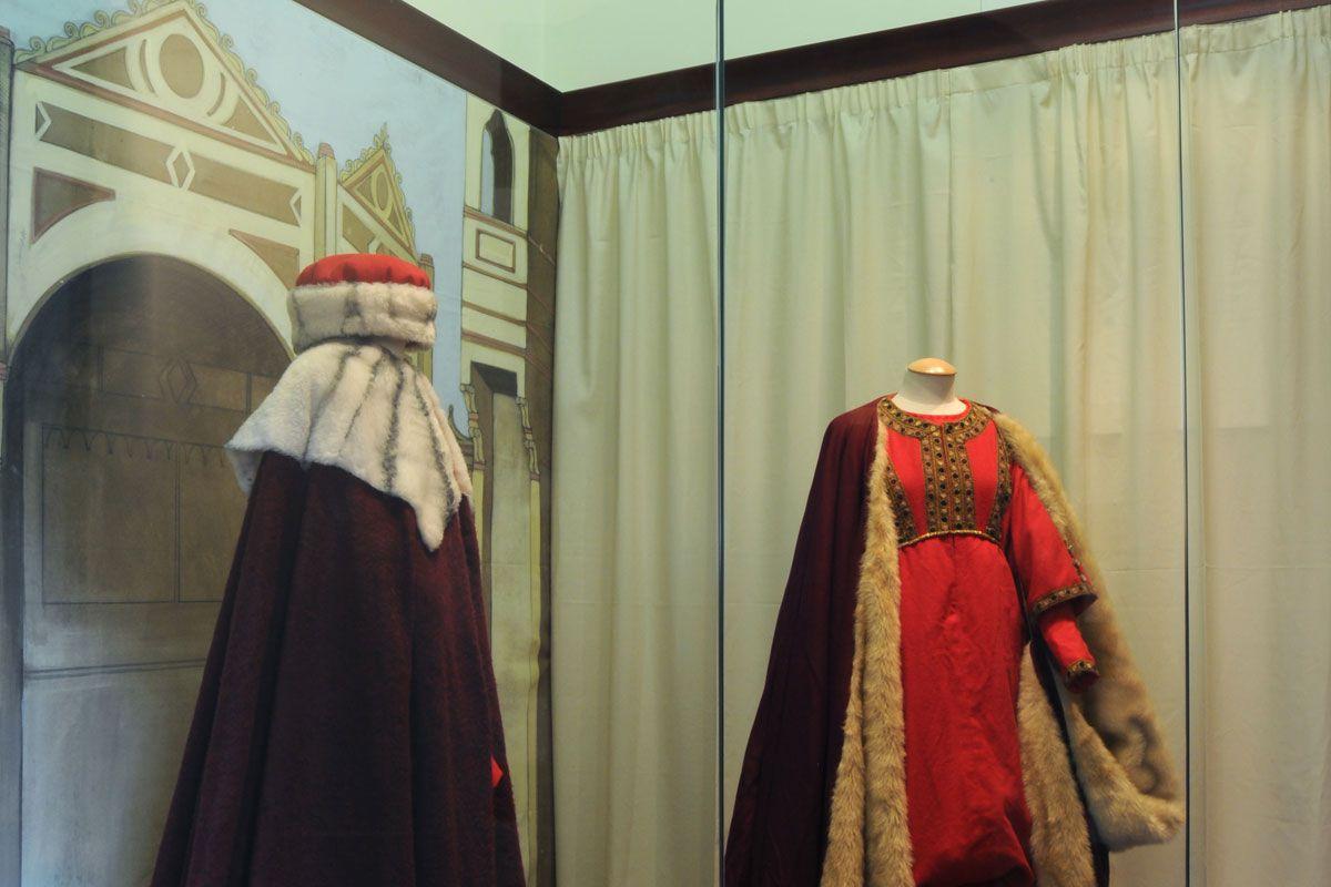 Costumi d'epoca: la sposa e il notaio